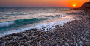Вечерний пляж из гальки